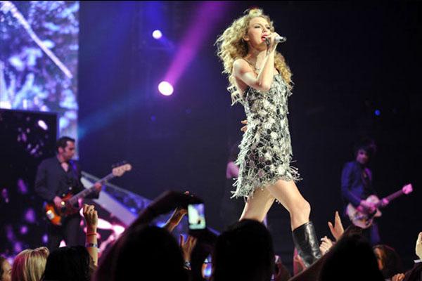 ตีข่าวดัง แฟนเพลงต้องการอะไรจากนักร้องเมื่อรับชมติดขอบเวที